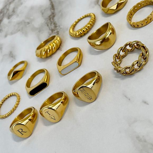 Mooie set met ringen op een marmeren plaat