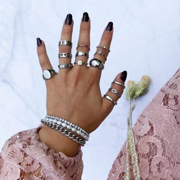 Ringen van verschillende soorten zilveren ringen