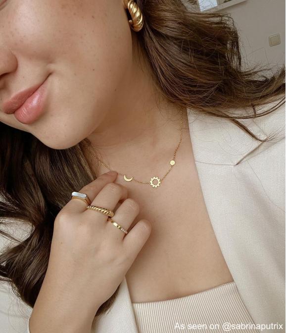 Influencer draagt sieradenset met parelmoer
