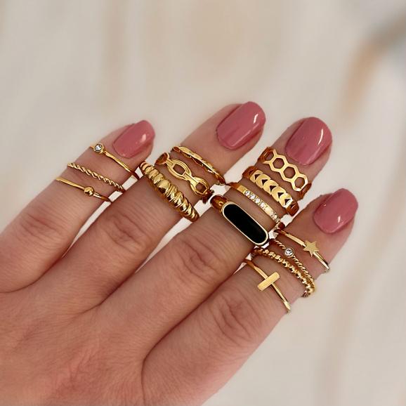 Trendy set van ringen in de hand voor een complete look