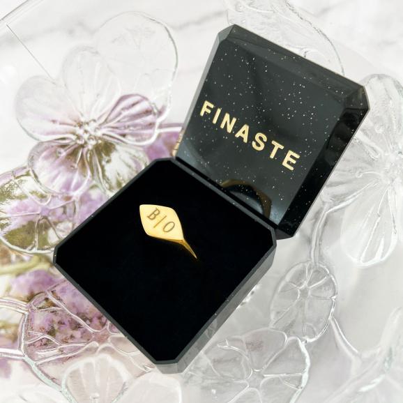Gouden zegelring in een sieradendoosje van Finaste