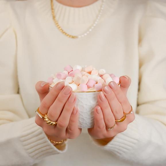 Mooie ringen in de hand voor een complete look