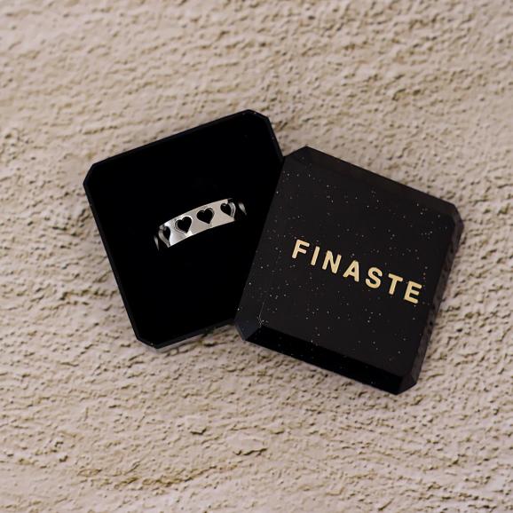 Verstelbare ring met hartjes in een sieradendoosje
