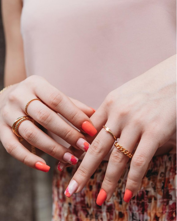 Model draagt de mooie ring met ster in het goud
