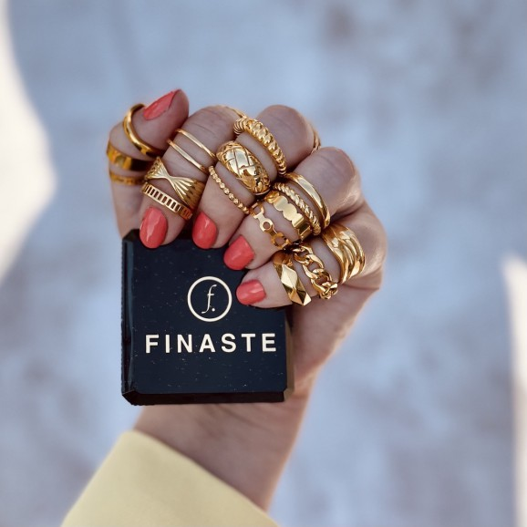 Trendy ringen om model haar hand met een sieradendoosje