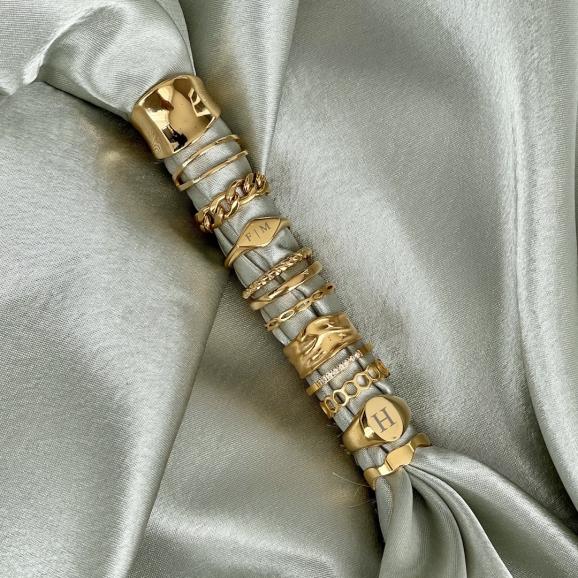 Mooie gouden ringen om groen satijn