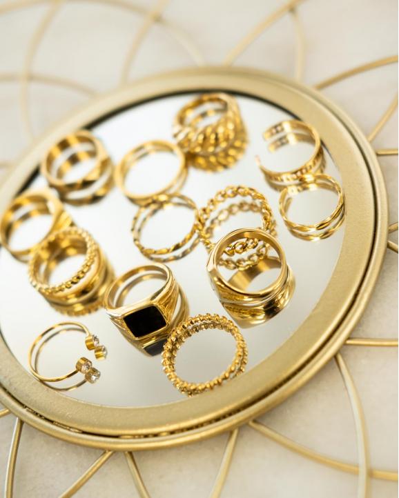 Mix van gouden ringen op spiegeltje