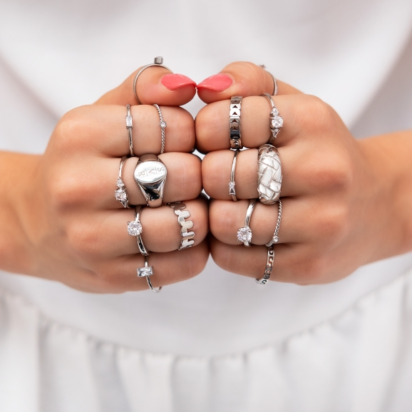Zilveren ringen om de hand van het model