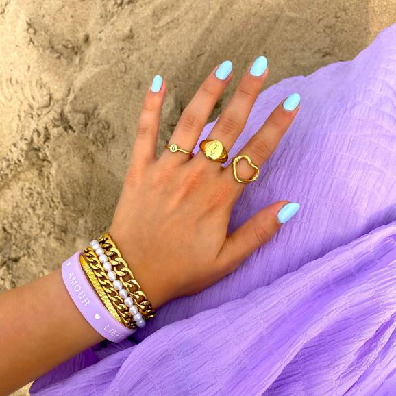 Gouden ringen met armbanden look