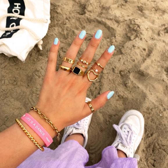 Hand met mix van mooie gouden ringen