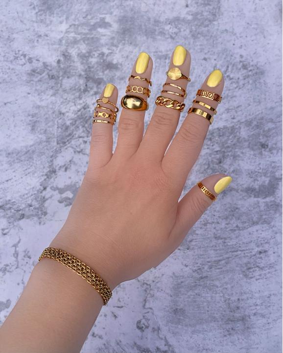 Mix van gouden ringen om vingers bi jvrouw