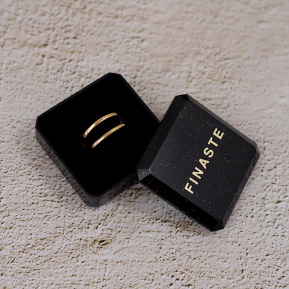Mooie ring in een sieradendoosje om te kopen