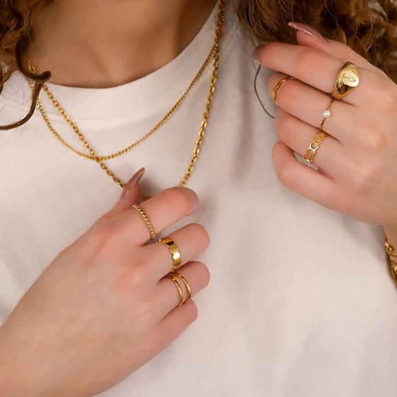 goudkleurige ringen om de hand voor een mooie look