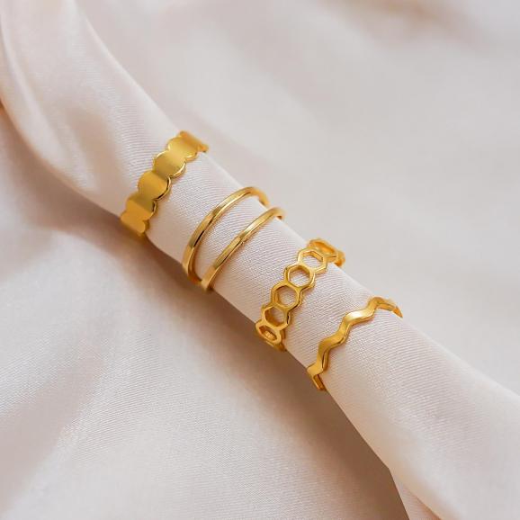 Verstelbare ringen op een satijnen doek om te kopen