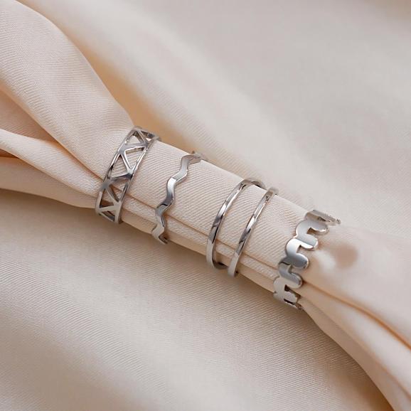 Zilveren ringen op een satijnen doek