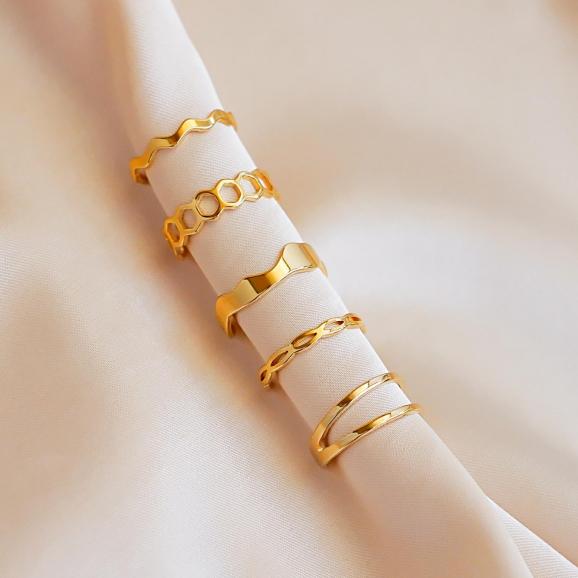 Mooie ringen op satijn in de kleur goud