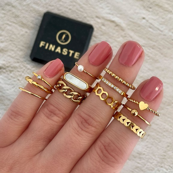 Gouden ringen om de hand met een sieradendoosje erbij