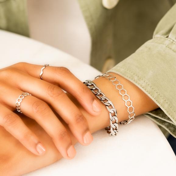 Mooie set sieraden in het zilver om pols en handen