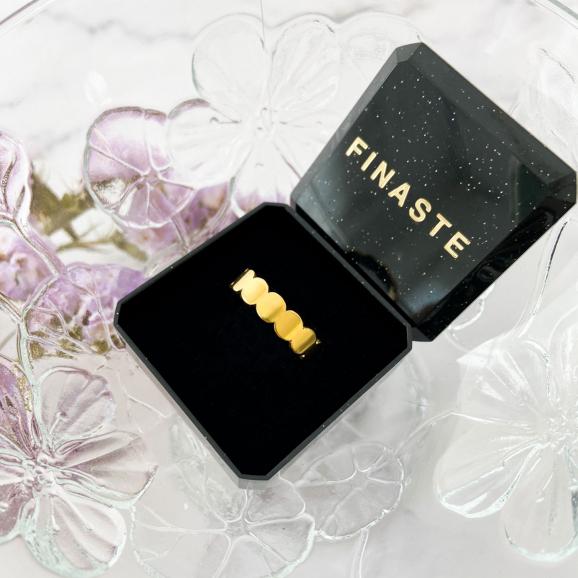 Shop de mooie ringen en ontvang in een sieradendoosje