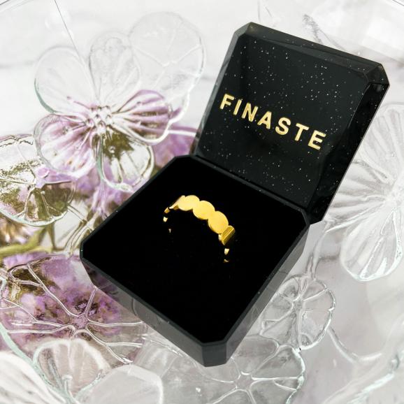 Goudkleurige ring in een sieraden doosje