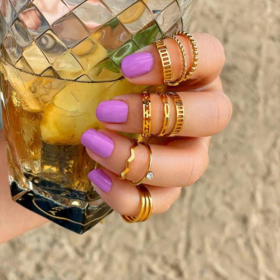 Ringen in het goud op het strand