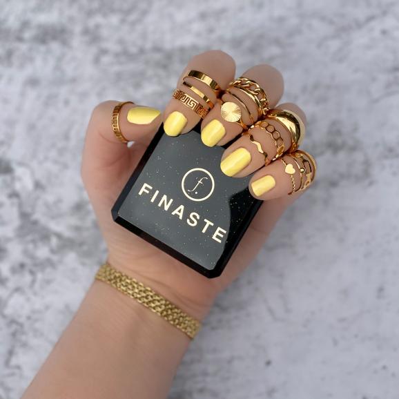 Mooie goudkleurigen ringen om de hand van het model