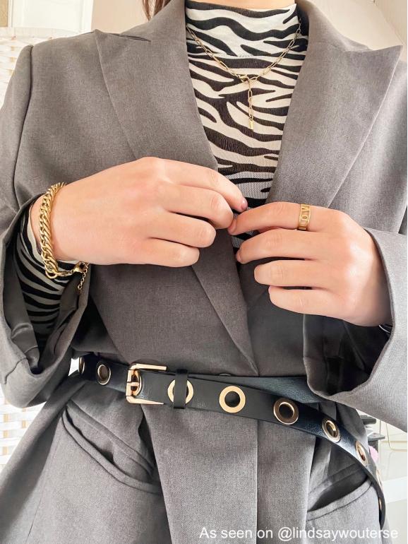 Influencer lindsay draagt gouden finaste sieraden