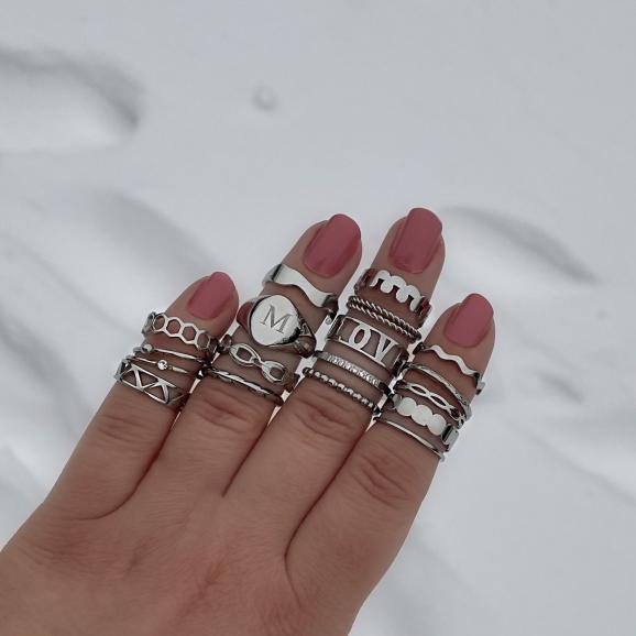 Leuke set met ringen in de hand om te dragen