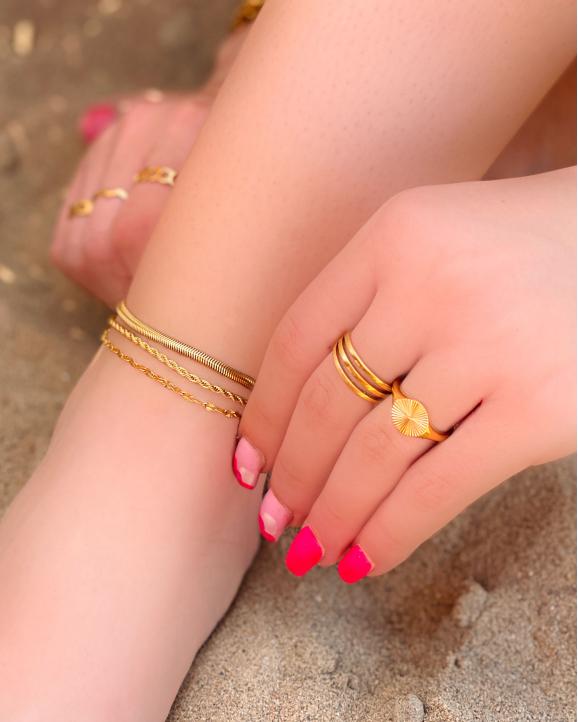 Mix van gouden ringen en enkelbandjes