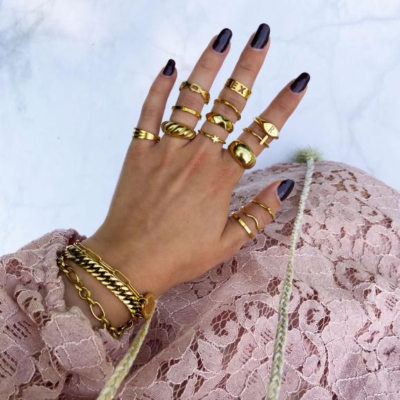 Trendy ringen om de hand in het goud
