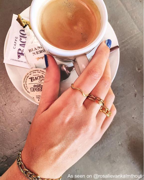 Mix van gouden ringen bij influencer