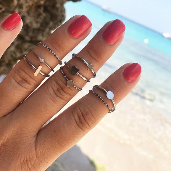 verschillende zilveren ringen om de hand met mix
