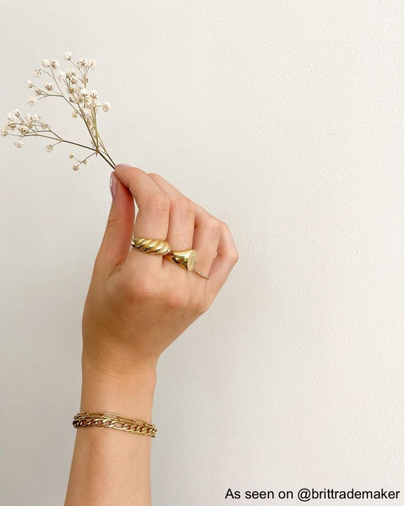 Influencer draagt gouden ringen