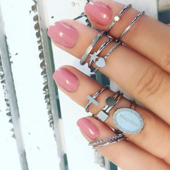 Verschillende zilveren sieraden om de hand van vrouw