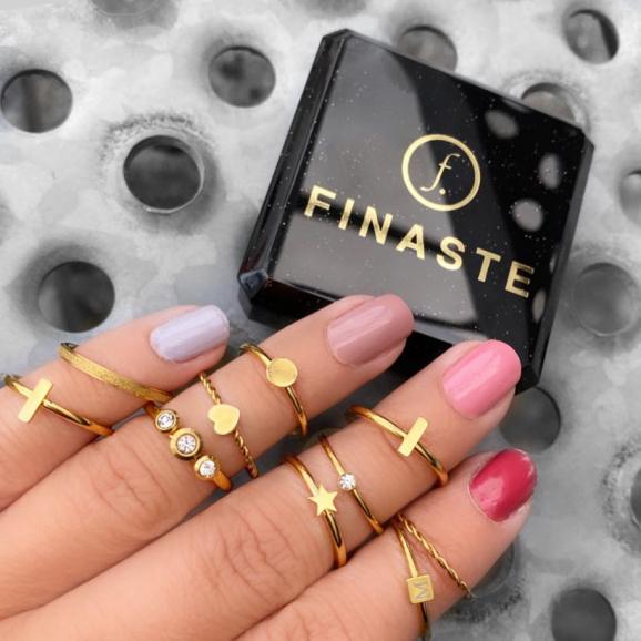 Leuke ringen om de hand met een finaste sieradendoosje