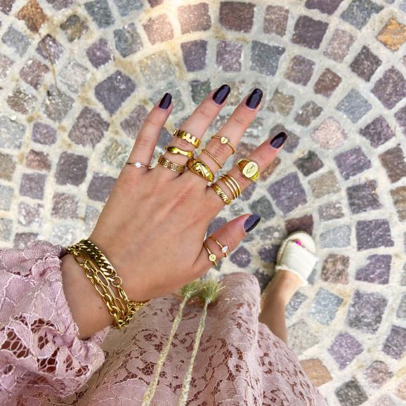 Graveerbare ringen in het goud om de hand