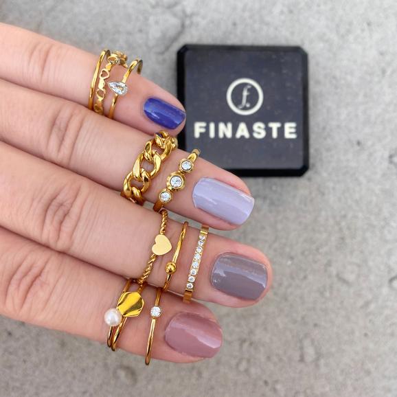 Chain ring gemixt met andere gouden ringen om vingers