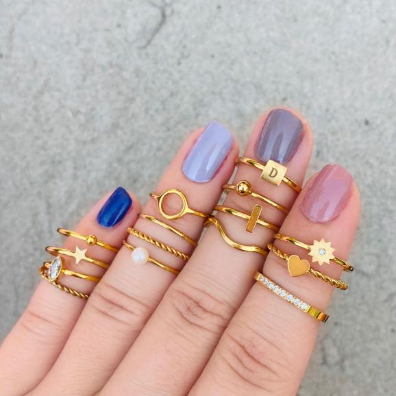 Gouden ringen om vingers van vrouw