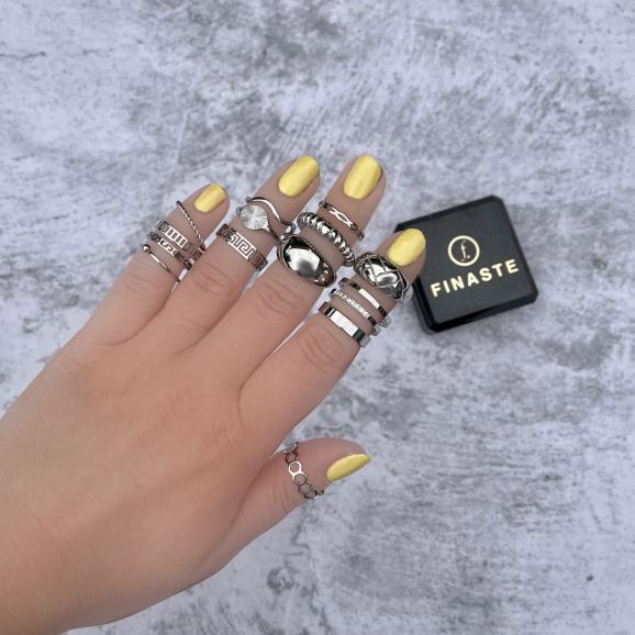 Mooie zilverkleurige ringen om de hand van het model
