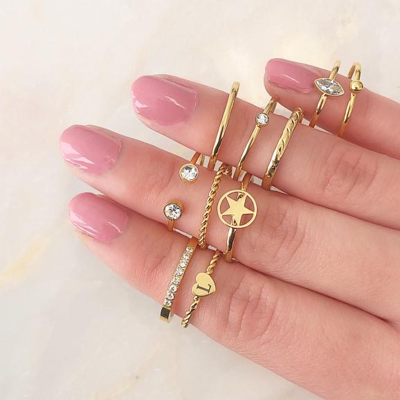 Mooie goudkleurige ring met hartje om de hand