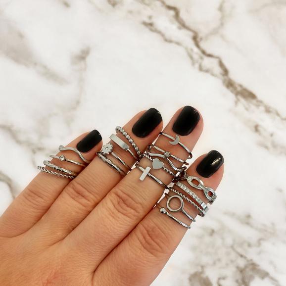 Verschilende zilveren ringen om de hand