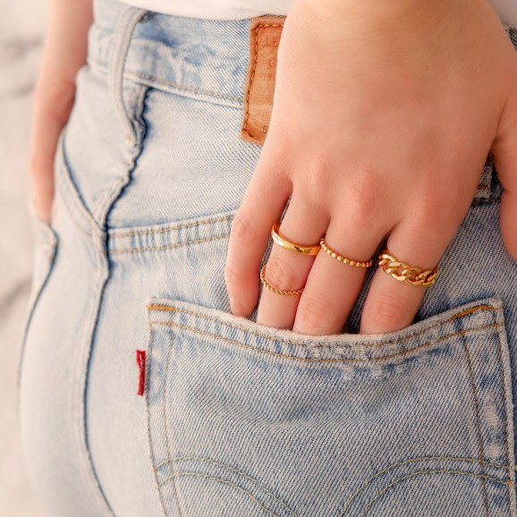 Gouden ringen om de hand voor een mooie look