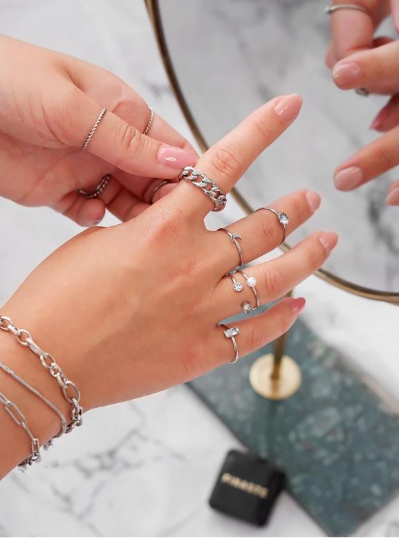 mooie mix van ringen voor een trendy look om te kopen
