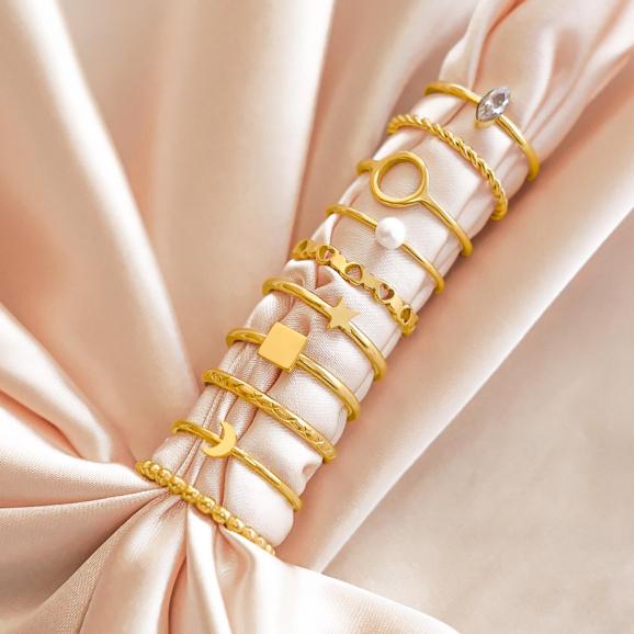 Verschillende gouden ringen samen