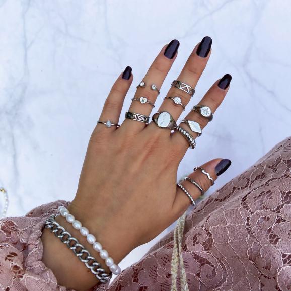 Set van verschillende armbanden en ringen