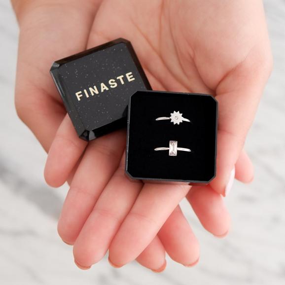 Trendy ringen in een sieradendoosje om cadeau te geven