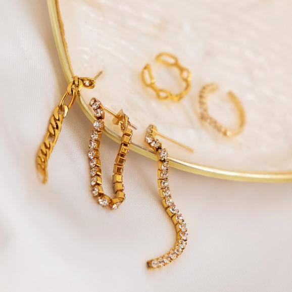 gouden oorbellen en ear cuffs