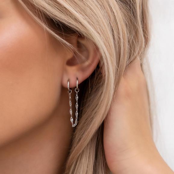 Mooie double hoop chain oorbellen in het oor
