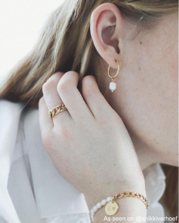Influencer draagt gouden dubbele ring