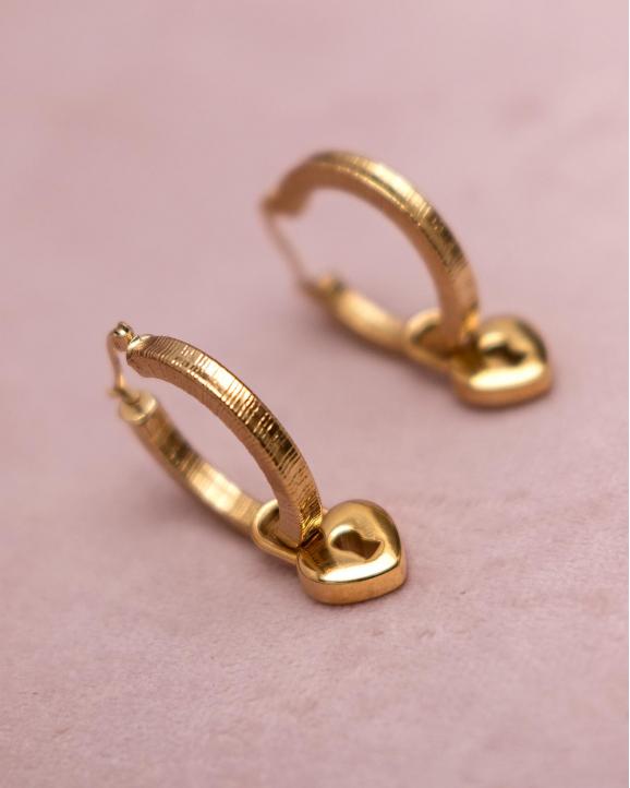 Gouden oorringen met hartjes slotje